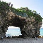 穴の開いたブリッジ状の岩