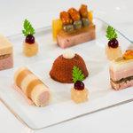 Kulinarischer Einstieg: Gänseleber, Holunderblüte, Grüner Pfeffer, Erdnusskrokant