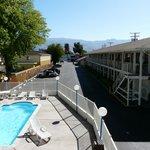 Piscina y vista del motel