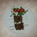 SPIEDINI DELLA CASA fettina di vitella con ripieno di mozzarella, impanata e cotta sulla griglia