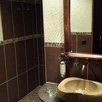 Bad mit seitlichem Zugang zur Dusche