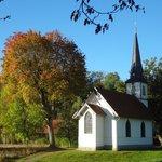 Kleine Holzkirche Elend auf der Kirchwiese im Herbst