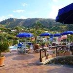 Blick vom Eingang des Hotels auf den kleinen Thermal-Pool