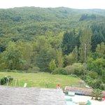 Vue de la chambre sur jardin, piscine et montagne