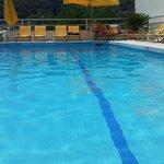 Вид с барных стульев в бассейне.