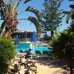 Uitzicht op het zwembad en de bar