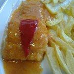 Mero con patatas fritas, y la misma salsa que la merluza !!