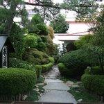 純和風の入口の植木も丁寧に手入れされています