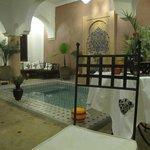 Salle à manger et salon avec petite piscine