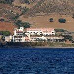 вид на отель с залива