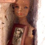 Una bambola in una nicchia