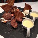 Dessert proposé par le chef ! Spécialement pour nous avec mousse chocolat noir & blanc glaces et