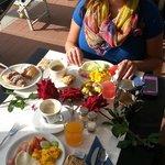 Zum Geburtstag meiner Freundin hat man uns den Tisch sehr nett mit Rosen hergerichtet