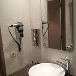Salle de bain avec sèche-cheveux.