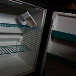 Холодильник. Разбит, но работает.