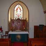 Holzkirche inn mit dem auf Rollen gelagerten Altar
