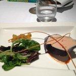 Le foie gras de canard simplement poché au vin d'épices, damier kumquat-rhubarbe, fin gréssini