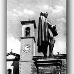 Piazza adiacente il ristorante con monumento dedicato a Giotto