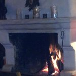 gemütliche Atmosphäre durch prasselndes Kaminfeuer