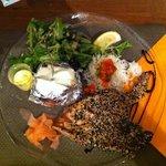 Thunfisch rosa gebraten im Sesam-Mohn-Mantel, Salat, Backkartoffel, Aioli-Dip
