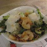 Großer Salat mit Garnelen