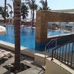 infinity pool & swim up bar