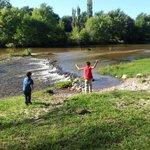 Los niños llegando a conocer el río