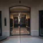 一階のホテル入り口、奥のエレベーターで6階のフロントへ行きます