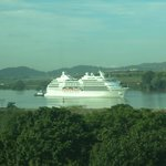 Paso de  diversos barcos por Canal de Panama, vista desde habitacion