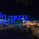 Территория отеля ночью