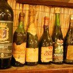 Alcune bottiglie antiche sugli scaffali