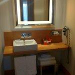Il locale con lavabo e specchio da star nella suite 701