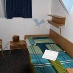 Kleines Zimmer mit winzigem Bad