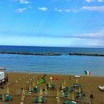 Blick aus dem Zimmer auf den hoteleigenen Strandabschnitt