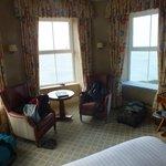 Eckzimmer mit Aussicht aus drei Fenstern aufs Meer