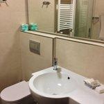 Angolo lavabo e w.c. nel bagno della camera 206
