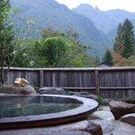 貸し切り風呂も左側、大きい鍋のような湯殿です。