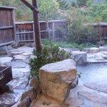 貸し切り風呂の右側、木製の寝湯、石風呂の2つの湯殿あり