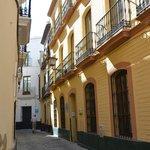 Calle Quiros met aan het einde links de appartementen van SleepinSevilla