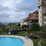 沖縄風のデザインのホテルとプール