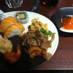 sushis et plat asiatique