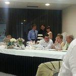 Cortando la tarta, con Jon al fondo,(e maestro de ceremonias)