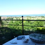 Blick von der Hotelterasse auf den See, ideal zum Frühstücken
