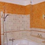 Spacious shower/ bathtub