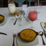 cazuela de marsisco, patacones, arroz con coco, jugos de corozo y limonada de coco mmmmmmmm!!!