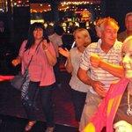 Shows musicales, la gente baila y se divierte.