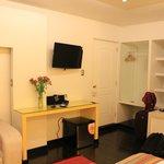 O quarto: bem confortável, com sofá, diversos móveis de apoio e locais para guardar objetos