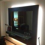 specchio con tv nascosta dietro