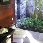 烏布卡尤瑪尼斯酒店 洗手臺附有椅子 很方便化妝