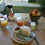 petit dejeuner servi en terrasse...